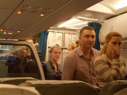 Пассажиры недоверчиво заходят в самолет
